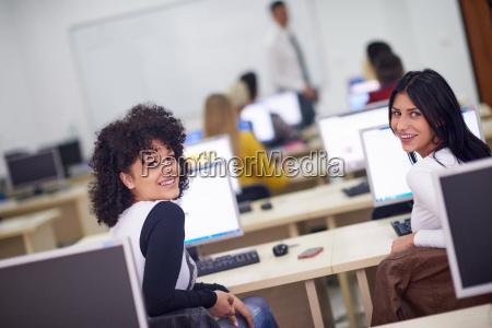 studentengruppe im computerlabor