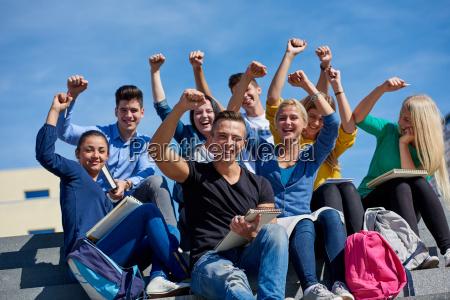 studenten ausserhalb sitzen auf stufen