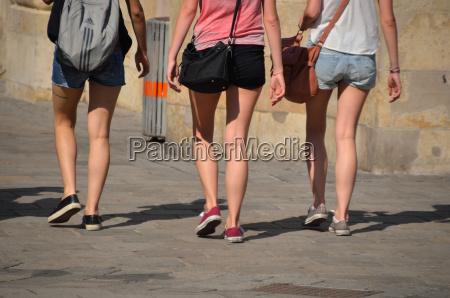 drei junge maedchen spazieren in der