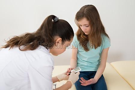 doktor messender blutzuckerspiegels von maedchen