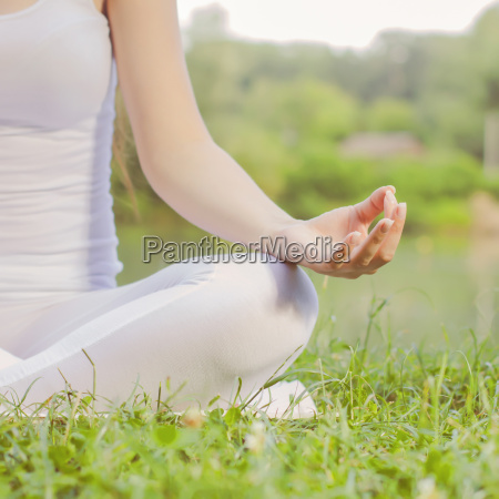 yoga meditierende frau entspann gesunder lebensstil