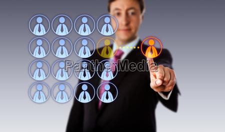 laechelnder manager outsourcing an einen maennlichen