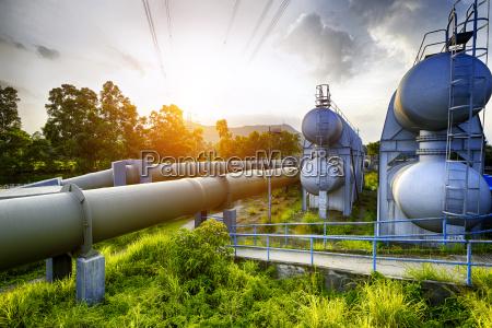 glow licht der petrochemischen industrie wassertank