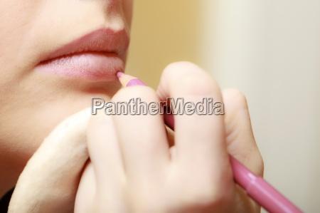 make up kuenstler mit bleistiftkosmetik auf