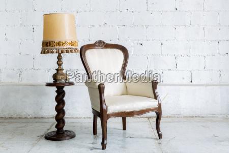 weiss retro stuhl mit lampe