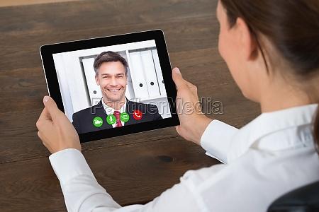 geschaefts videochatting auf tablet pc