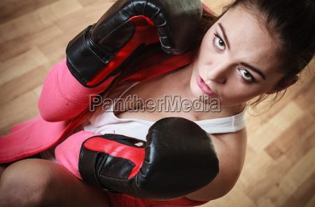 sportboxer frau in schwarzen handschuhen boxen
