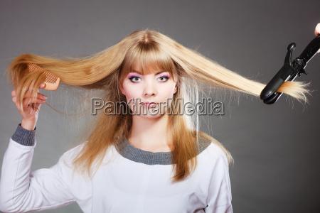 frau die frisur mit haareisen