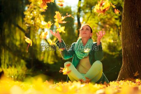 maedchen entspannung im bunten wald laub