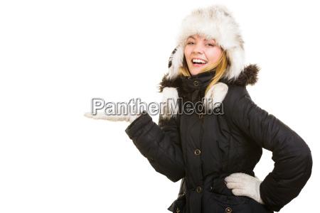 winterurlaub froehlich maedchen in warme kleidung