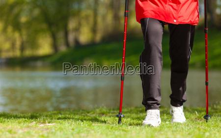 nordic walking weibliche beine wandern im
