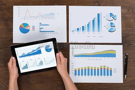 persona que analiza los graficos financieros