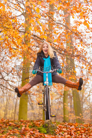 aktive frau die spass fahrrad fahren