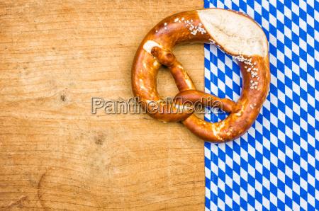 brezel mit einem bayerischen tischtuch