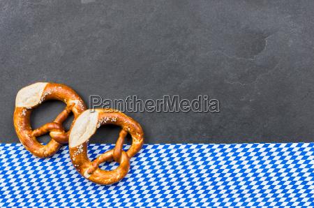 schieferplatte mit brezeln mit einem bayerischen
