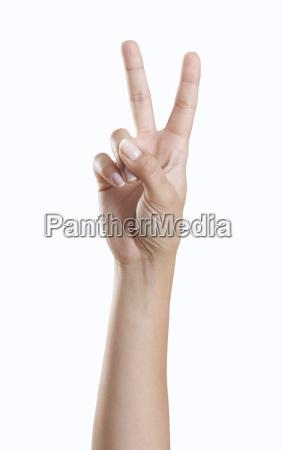 hand macht friedenszeichen