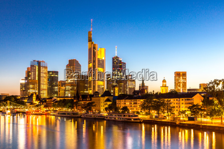 frankfurt wolkenkratzer daemmerung deutschland
