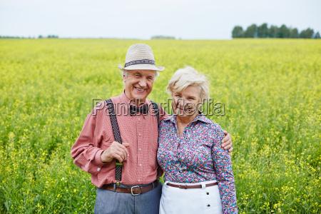 senioren in der natuerlichen umgebung