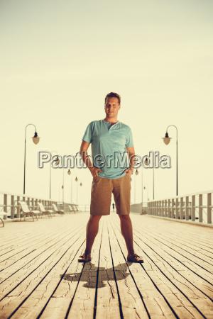 stattlicher mann der touristen auf pier