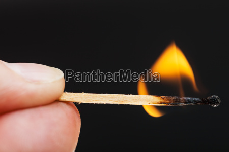 finger mit brennenden streichholz