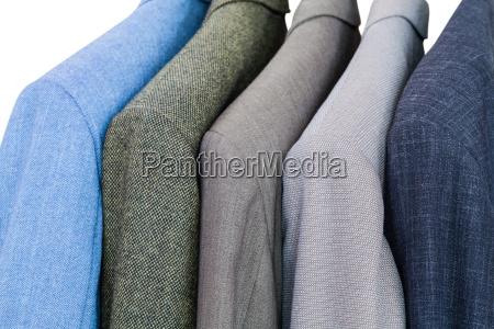 satz von fertigen jacken auf kleiderbuegeln