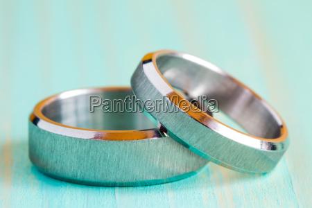 zwei ringe auf der holzoberflaeche
