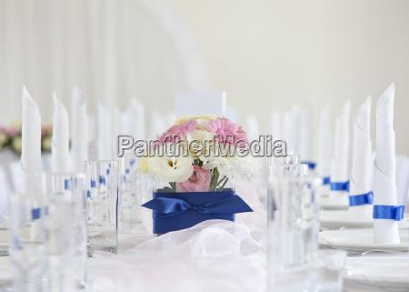 hochzeitstafel mit blumenstrauss von gerbera blueht