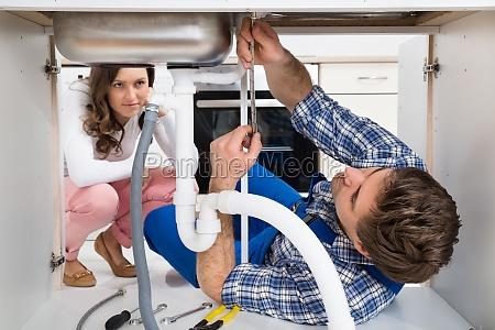 worker festsetzung sink vor frau in