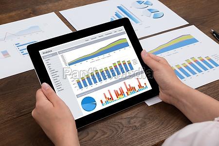 personas gente hombre digital financieramente tableta