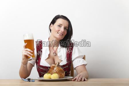 bayerische frau in einem dirndl mit