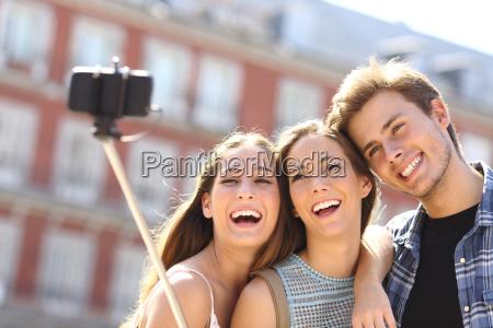 gruppe von touristen freunde unter selfie