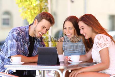 drei freunde vor dem fernseher oder