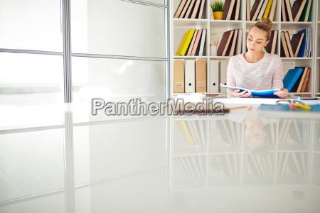 reader in der bibliothek
