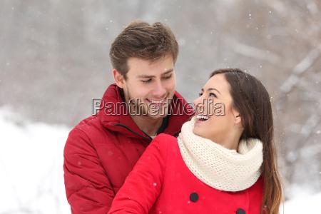 coppia innamoramento in inverno