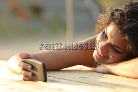 maedchen betrachten von videos oder social