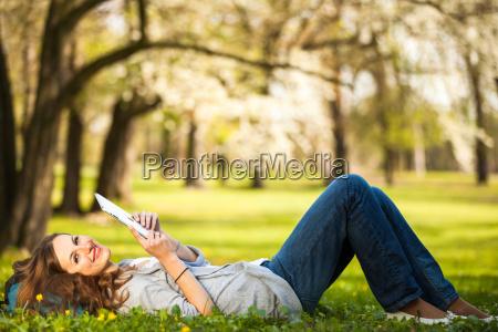 junge frau mit ihrem tablet computer