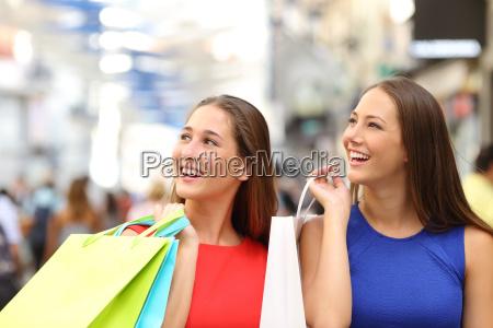 zwei freunde einkaufen in einem einkaufszentrum
