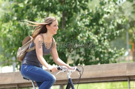radfahrer frau reiten fahrrad in einem