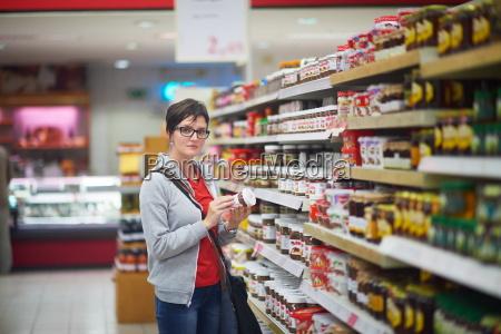 frau im supermarkt