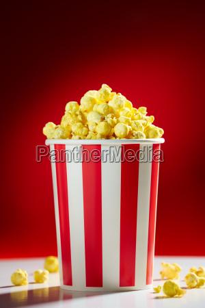 schuessel gefuellt mit popcorns fuer movie