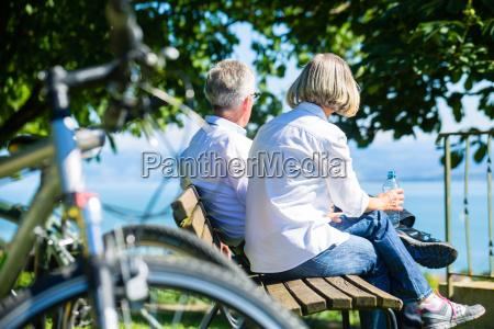 senior frau und mann bei pause