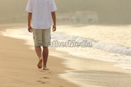 man walking und verlassen fussspuren auf
