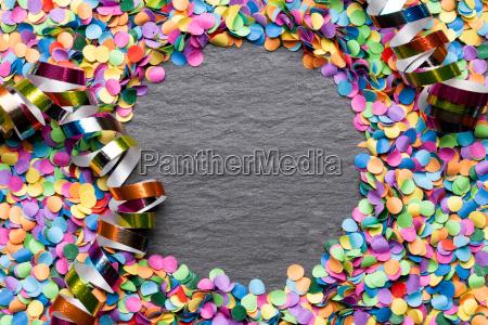 konfetti bunt hintergrund mit textfreiraum