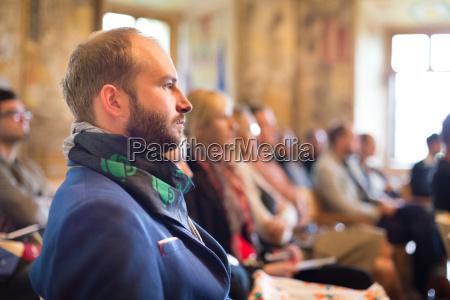 unternehmer in audienz bei der geschaeftskonferenz