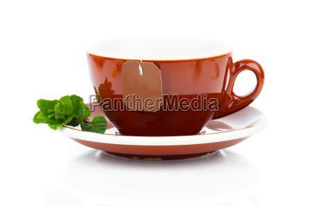 tasse tee mit teebeutel und minze