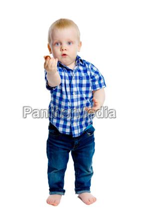 kleiner junge in einem kargen hemd
