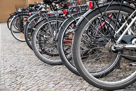 gruppe fahrraeder in einem parkplatz