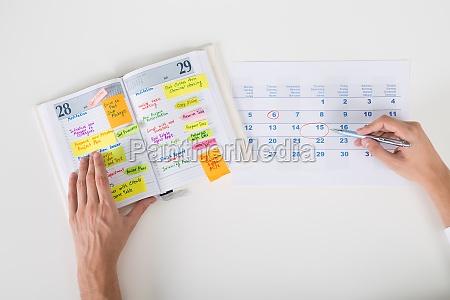 person haende hervorhebungen datum im kalender