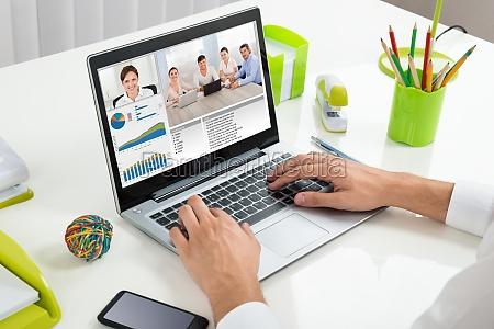 unternehmer videokonferenzen mit kollegen an der