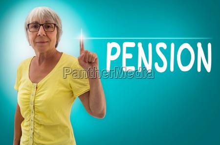 pension touchscreen wird von seniorin gezeigt